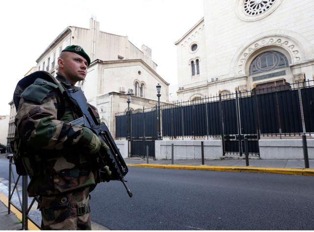Des légionaires en faction devant la Grande synagogue de Marseille