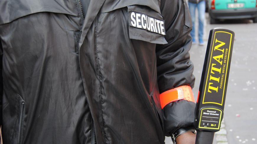 Seul équipement pour certains vigiles : brassard orange et détecteur de métaux