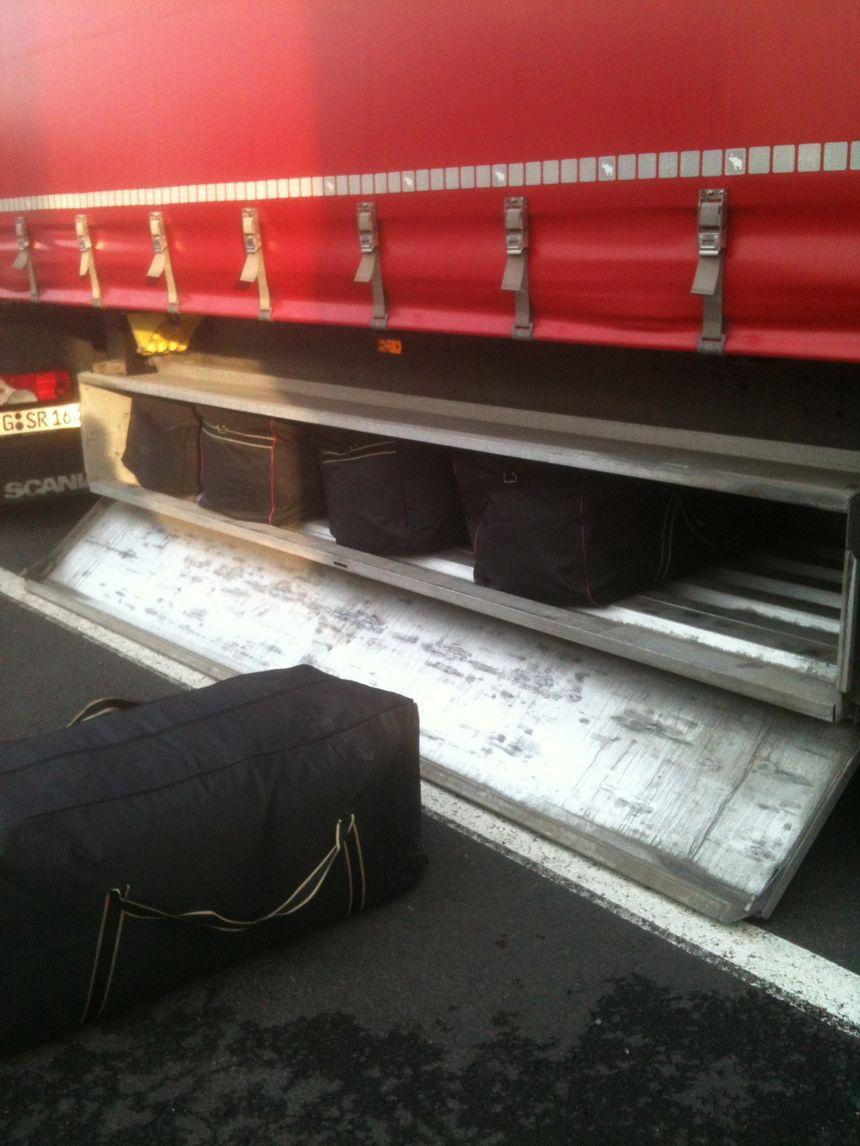 Les sacs de sport saisis dans un des camions - Aucun(e)