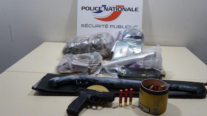 Les policiers ont retrouvé 2 kg de drogue et et deux armes.