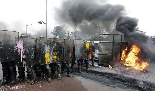 manuel valls promet des poursuites après les échauffourées chez goodyear