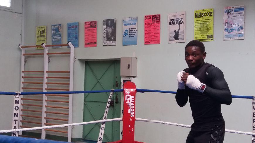 Christian M'Billi dans la salle de boxe de l'USM Montargis avant son départ pour Rio