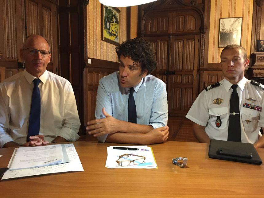 Le Maire de Libourne Philippe Buisson détaille le dispositif de sécurité de Fest'Arts encadré par le Sous-préfet Éric de Wispelaere et le Commandant Lotfi-Nicolas Barbet. - Radio France