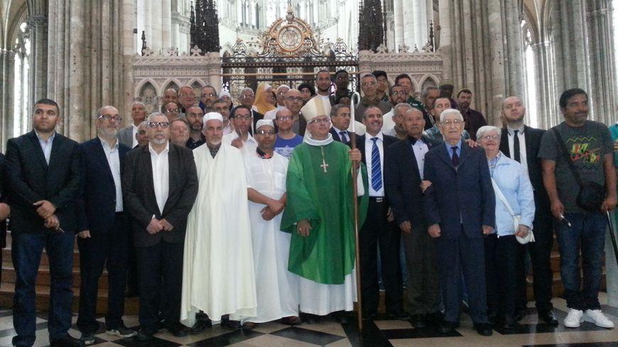 A l'issue de la cérémonie, des fidéles de toutes confessions se retrouvent auprès de l'evêque d'Amiens