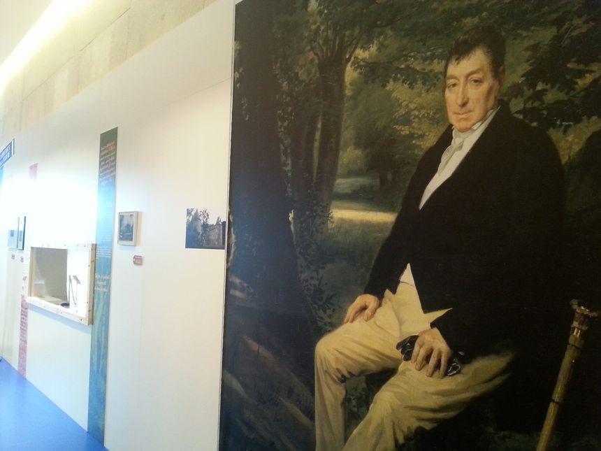 Un portrait de Lafayette en civil revient sur plusieurs panneaux de l'exposition - Radio France