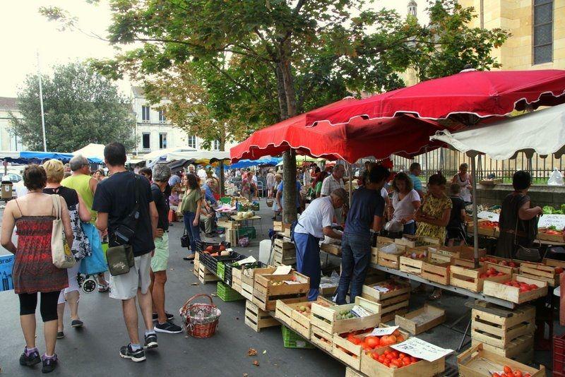 le marché autour de l'église  de Bergerac - Radio France