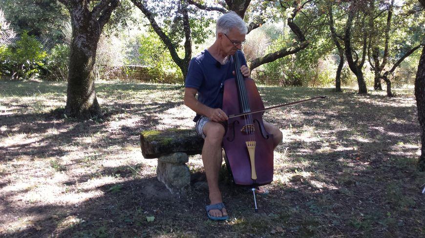 Eric Longsworth va faire les 400 kilomètres avec son violoncelle su le dos.