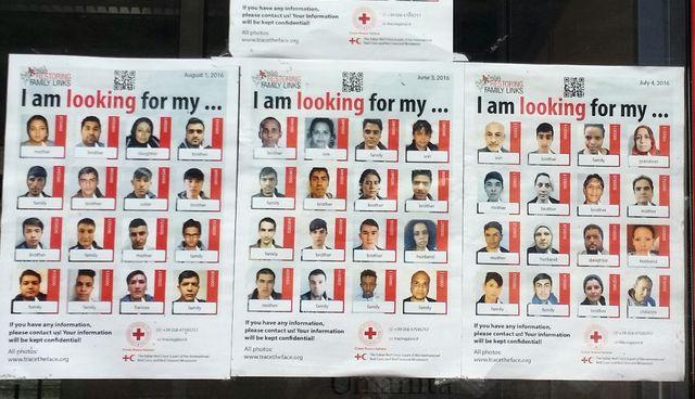 Les migrants tentent de retrouver leurs proches en déposant une demande à la Croix Rouge