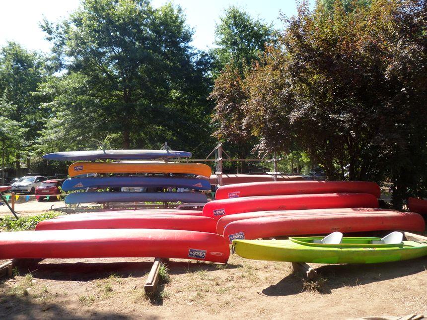 Au Bugue, Eric possède une centaine de canoë qu'il loue. - Radio France