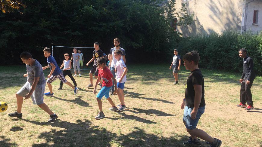 La barrière de la langue n'est pas un problème pour ces enfants qui jouent à un jeu universel : le foot