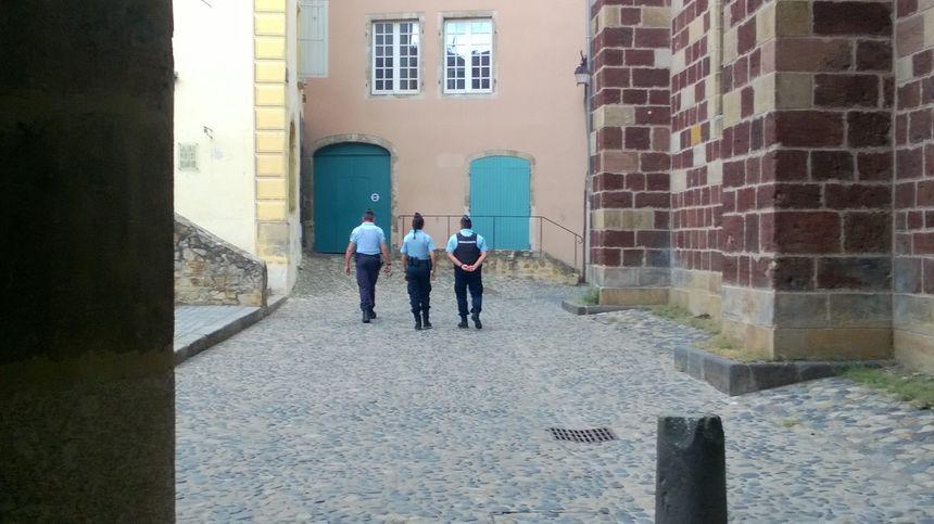 Les gendarmes effectuent des rondes dans les rues - Radio France