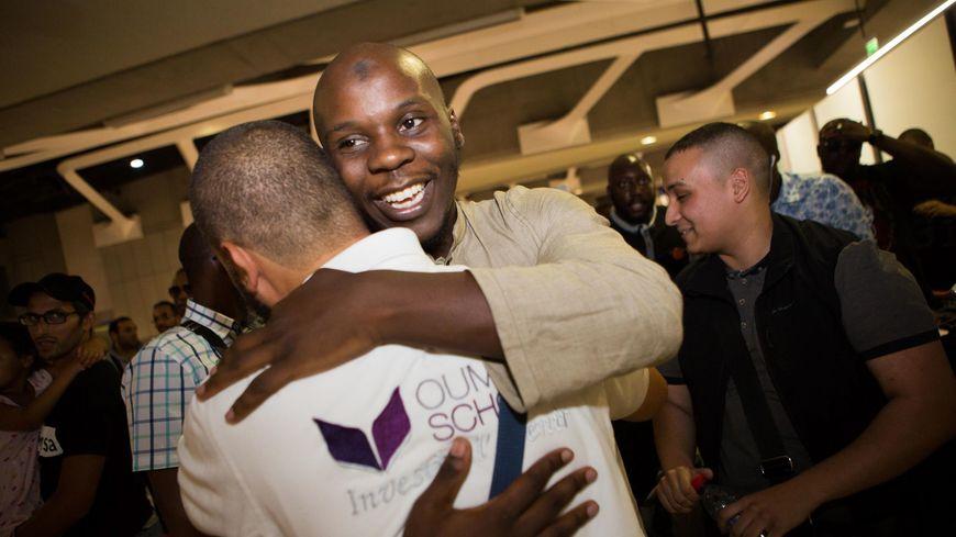 L'humanitaire Moussa Ybn Yacoub étreint ses proches à son retour du Bangladesh, à l'aéroport de Roissy, dimanche 7 août