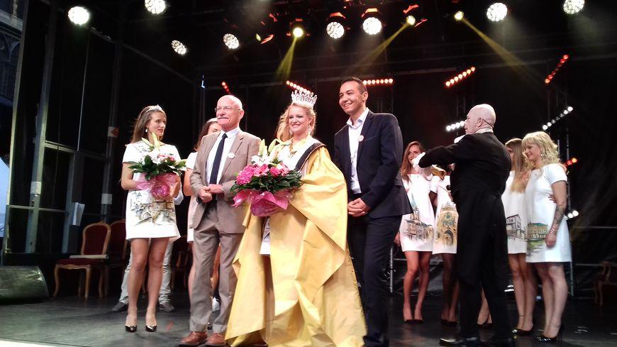 La reine de la mirabelle, entourée du maire de Metz Dominique Gros et de l'adjoint à la culture Hacène Lekadir.