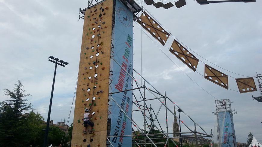 Un mur d'escalade de 10 m permet d'accèder à la tyrolienne