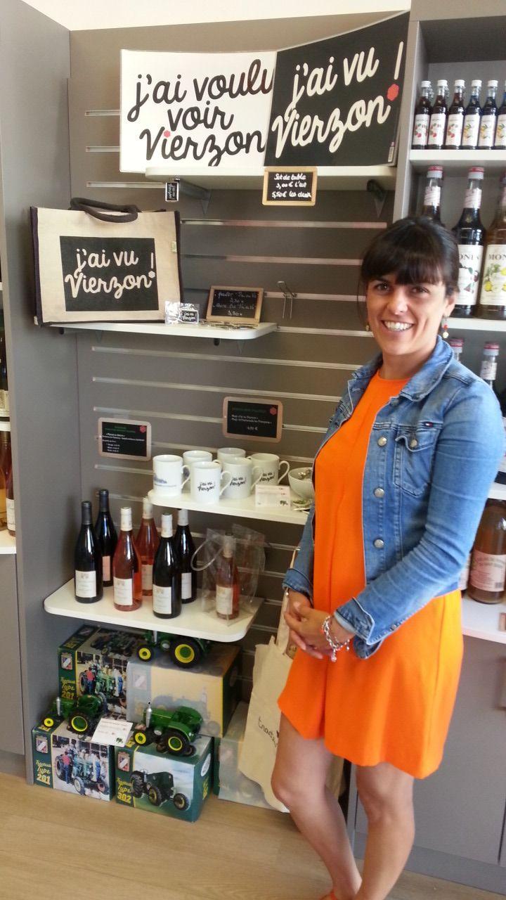 Delphine Pajon, responsable de la boutique de l'office de tourisme de Vierzon, devant la gamme de produits déclinés - Radio France