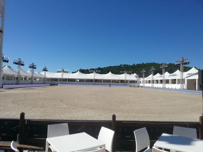 La piste de concours du Jumping International de Valence attend les cavaliers pour en découdre sur les vingt concours du week-end. - Radio France