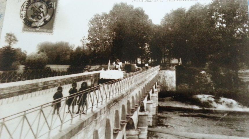 Une carte postale du pont canal de la Tranchasse, au début du 20ème siècle - Aucun(e)