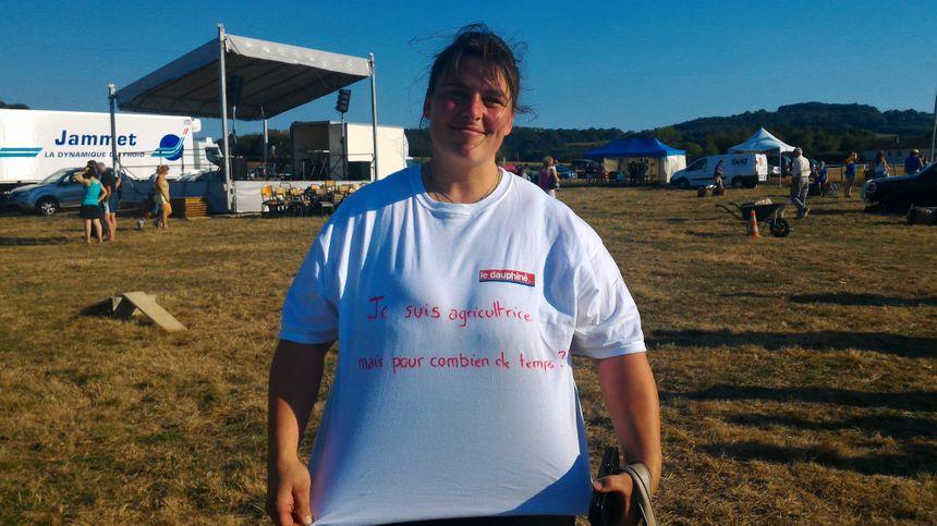 """Sur le tee-shirt de Maryline : """"je suis agricultrice, mais pour combien de temps ?"""" - Radio France"""