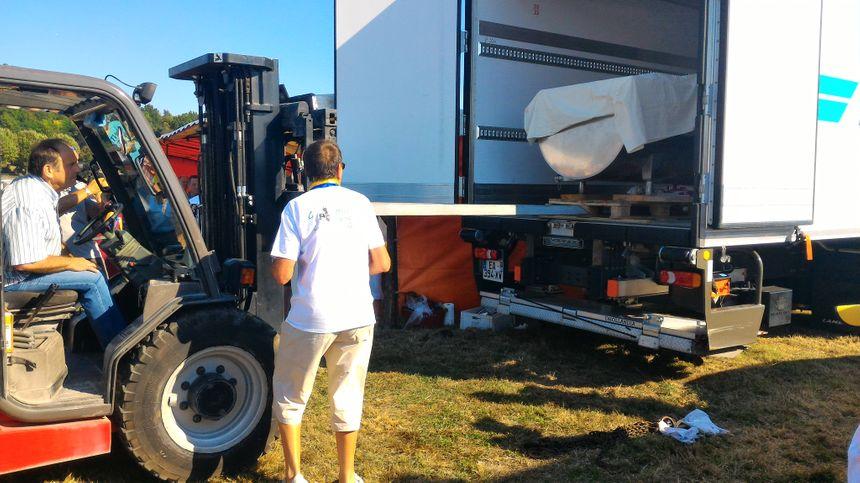 Décharger la tomme du camion réfrigéré : une opération périlleuse ! - Radio France