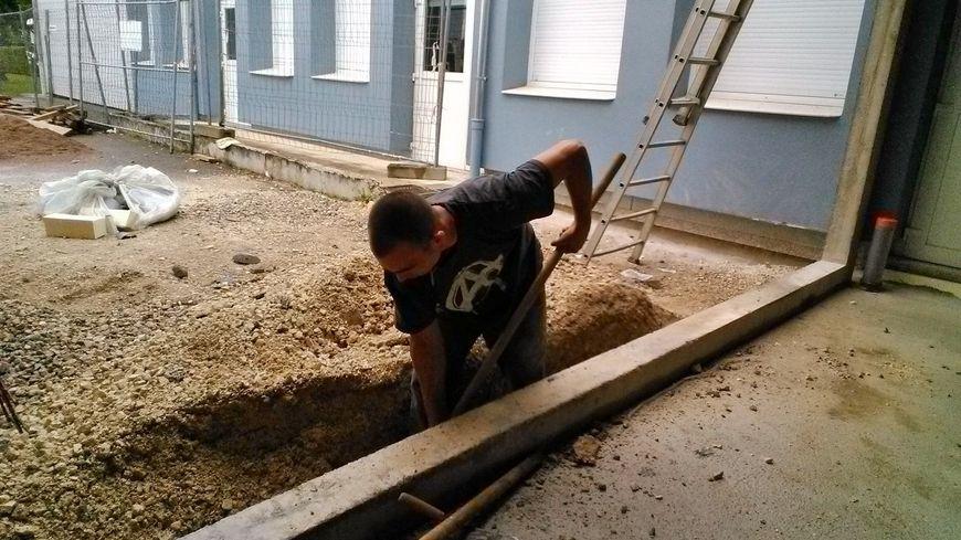 Sécurité oblige, beaucoup de travaux doivent être faits en l'absence des enfants comme ici à Vieux-Charmont dans le Doubs.