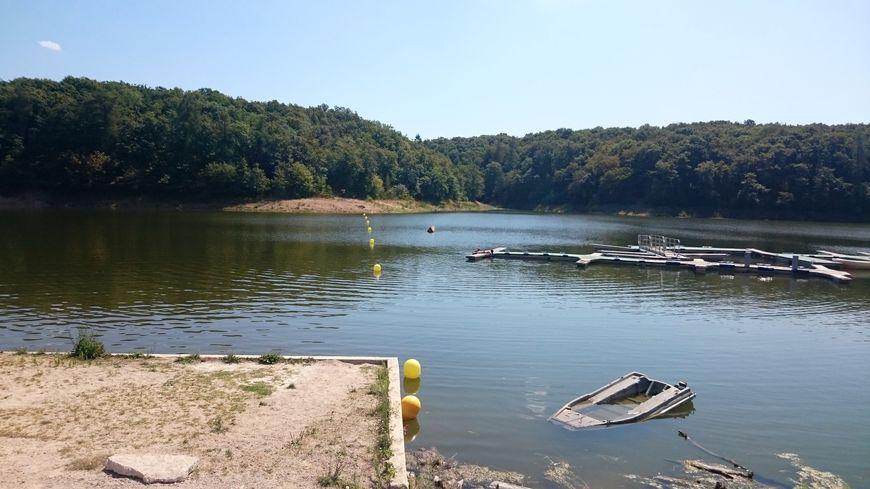 Le lac de Pont-et-Massène semble à l'abandon et ne donne pas vraiment envie de rester