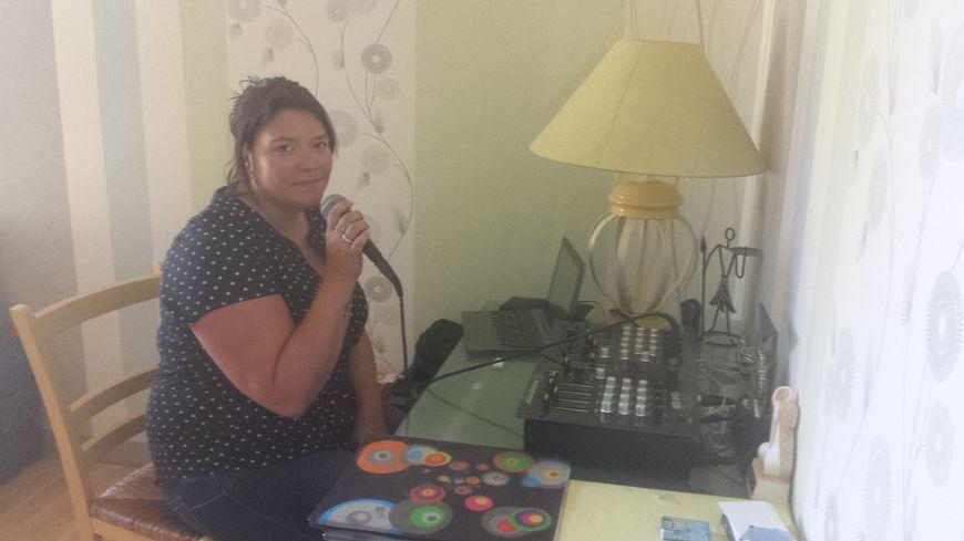 Elodie Dormot dans le mini-studio de sa maison