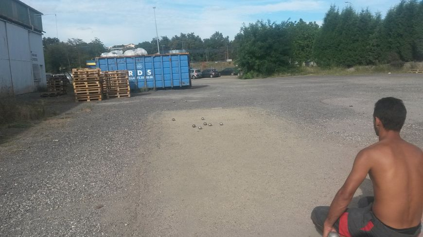 Ces derniers jours, les ouvriers de Staub prolongeaient la pause pour une partie de pétanque.