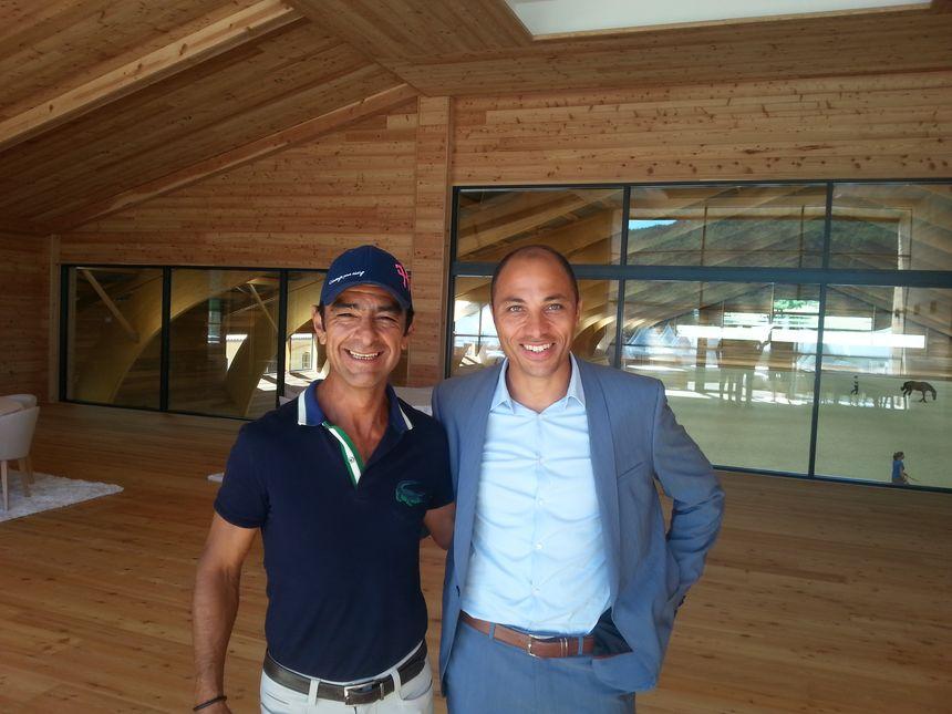 Le propriétaire des lieux et créateur du Jumping Sadri Fégaier (à droite), avec le cavalier espagnol en résidence à Ratières Carlos Lopez. - Radio France