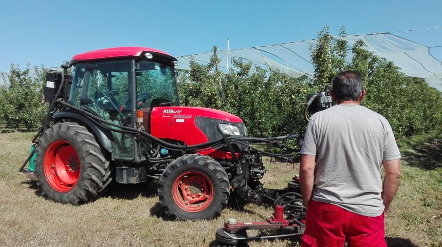 Ce tracteur permet de desherber en frottant la terre autour des pommiers - Radio France