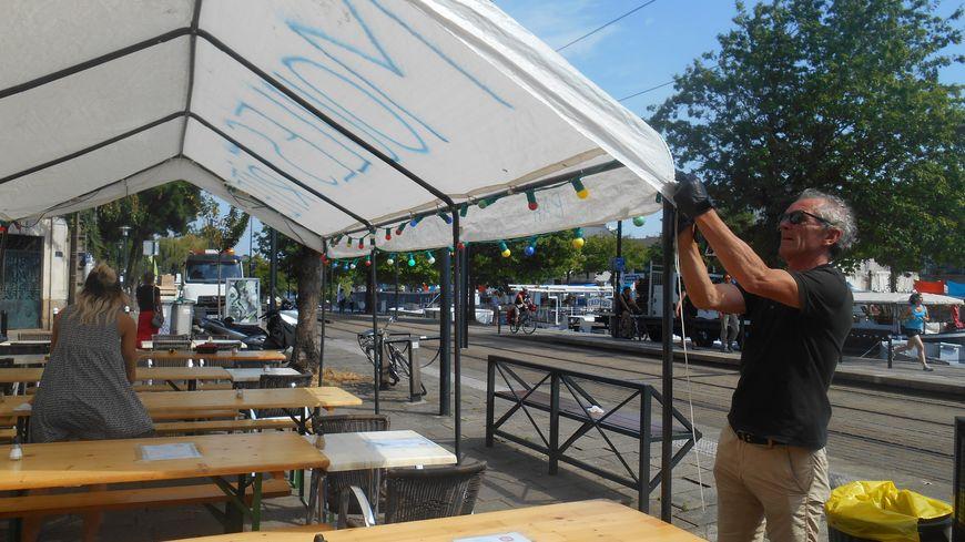 Les derniers préparatifs avant l'arrivée des spectateurs dans un restaurant à côté de l'Erdre, à Nantes vendredi
