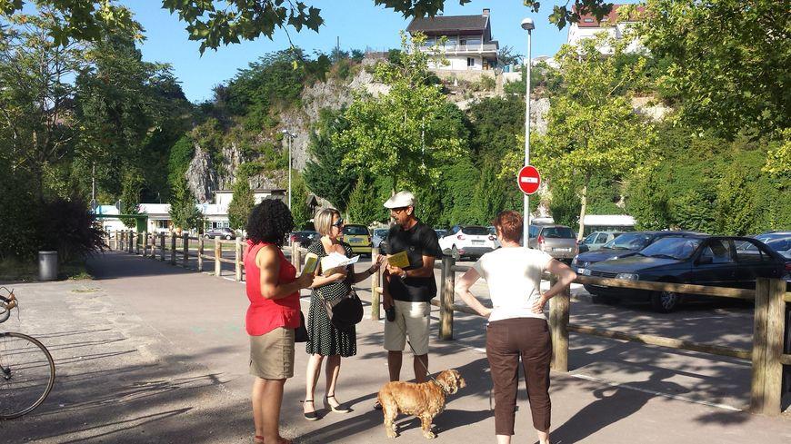 Isabelle de Almeida distribue le questionnaire du PCF