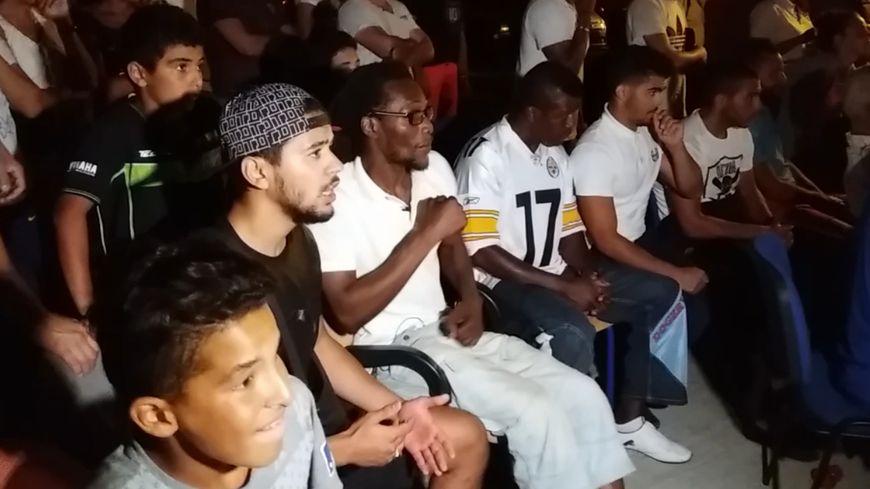 Son ancien coach Adama Diarra (le troisième en partant de la gauche) était ultra tendu pendant le combat