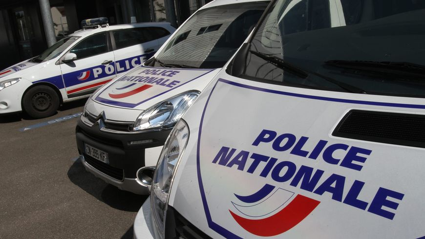 UN VÉHICULE DE POLICE