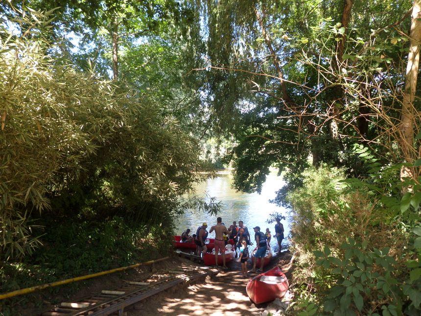Au départ du Bugue, les kayakistes voguent soit sur la Dordogne, soit sur la Vézère. - Radio France