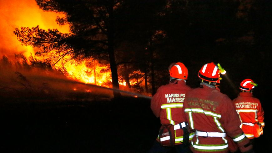 Des pompiers tentent de circonscrire un vaste incendie dans la région de Marseille