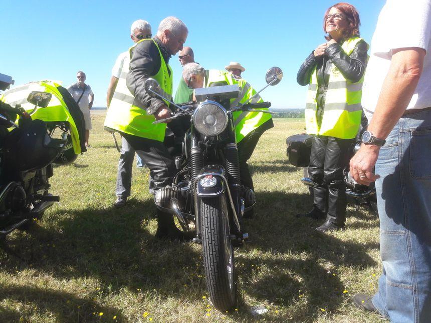 Claude et Yveline sont venus en couple de Picardie, chacun sur sa moto des années 50. - Radio France