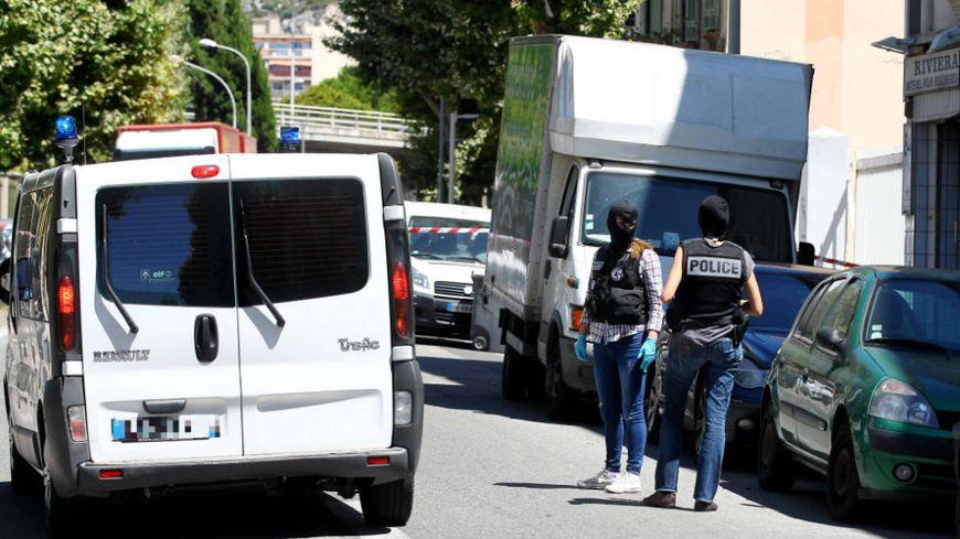 Les enquêteurs au domicile du chauffeur du camion tueur, au lendemain de l'attentat.