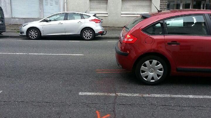 les marques au sol montrent l'endroit où la victime s'est effondrée