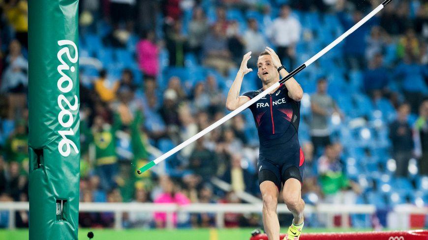 Renaud Lavillenie s'est fait détrôner par un jeune prodige brésilien qui bat un nouveau record olympique
