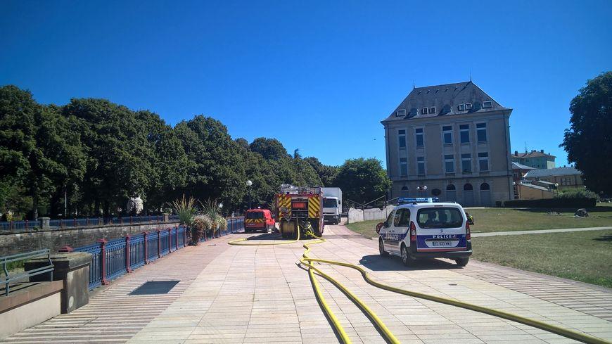 Une quinzaine de pompiers, ainsi qu'une dizaine de policiers étaient sur place