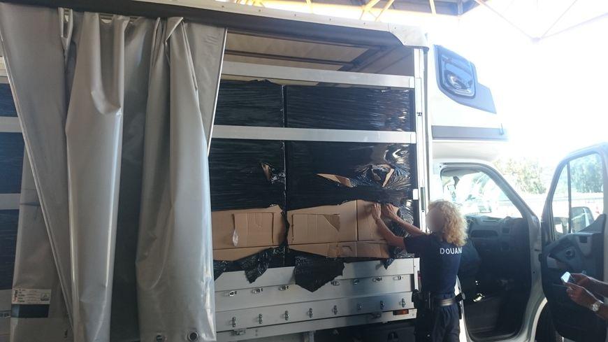 8 palettes filmées à l'intérieur de ce camion bâché. Un tiers de la cargaison contenait de la drogue