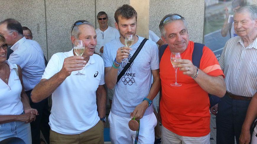 Christophe Lemaitre de retour à Aix-les-Bains, entouré de ses deux entraîneurs Pierre Carraz et Thierry Tribondeau