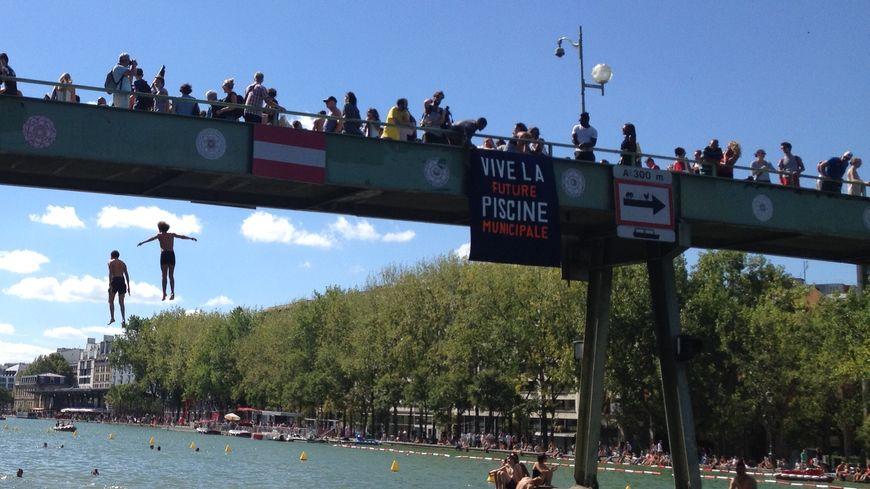 Paris le bassin de la villette transform en piscine for Piscine de villette de vienne