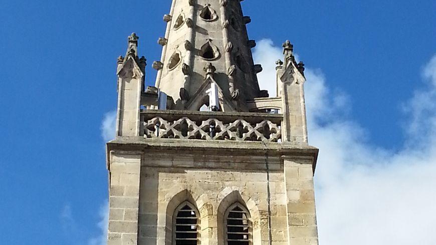 7 boîtiers blancs au total ornent le clocher