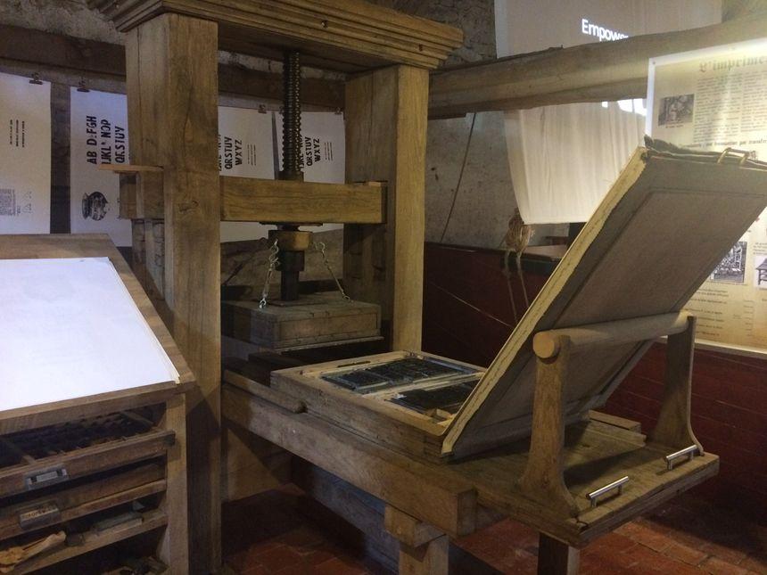 Les visiteurs peuvent actionner la presse en bois qui fonctione comme à l'époque médiévale. - Radio France