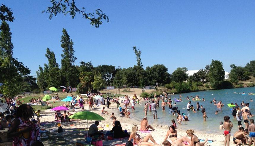la plage du lac de La Ramée cet été - Radio France
