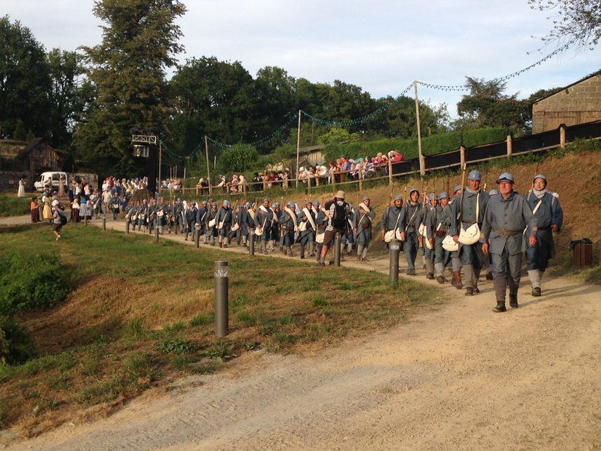 L'armée Française défile dans ses costumes faits mains avant d'aller au champ de bataille à Verdun - Radio France