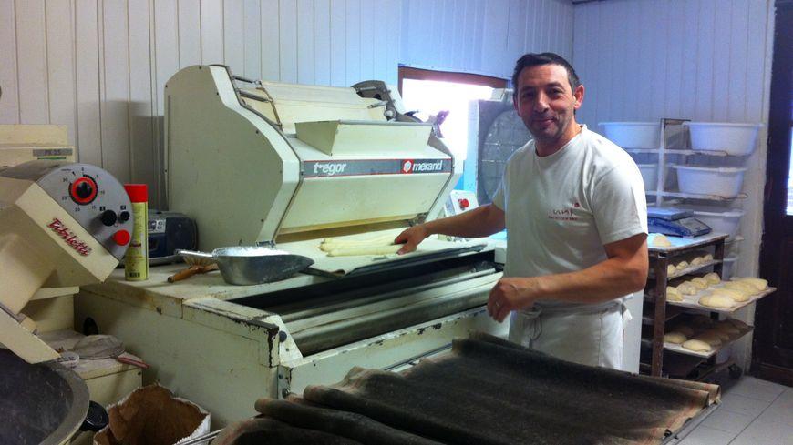 Jean-Noël Lamariault, boulanger, fait partie des quelques artisans au travail en ce mois d'août à Vierzon.