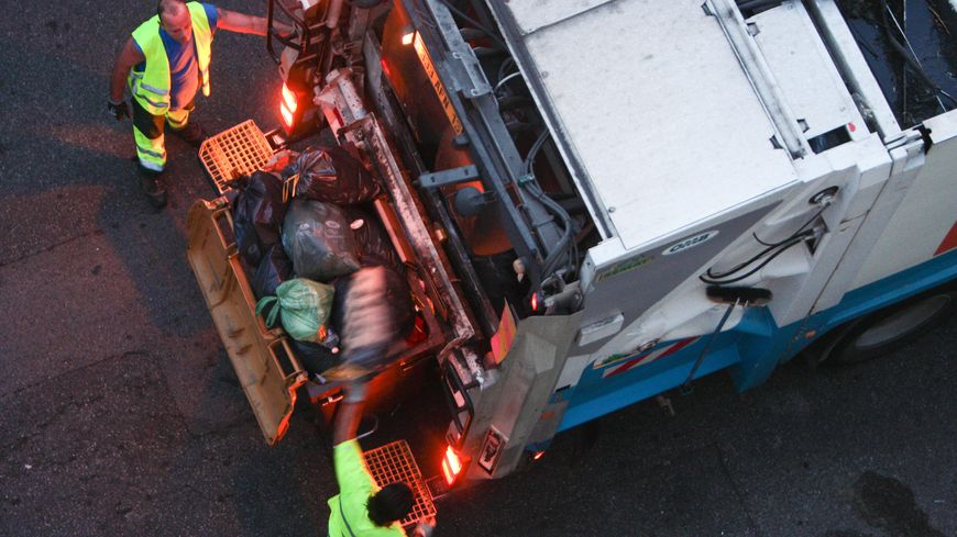 Deux agents chargés de la collecte des ordures à Marseille agressés par un homme et son fils