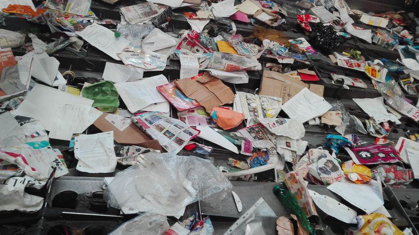 """Ce tapis roulant elliptique """"secoue"""" les déchets : les papiers sont entraînés vers le haut, les bouteilles chutent vers le bas - Radio France"""